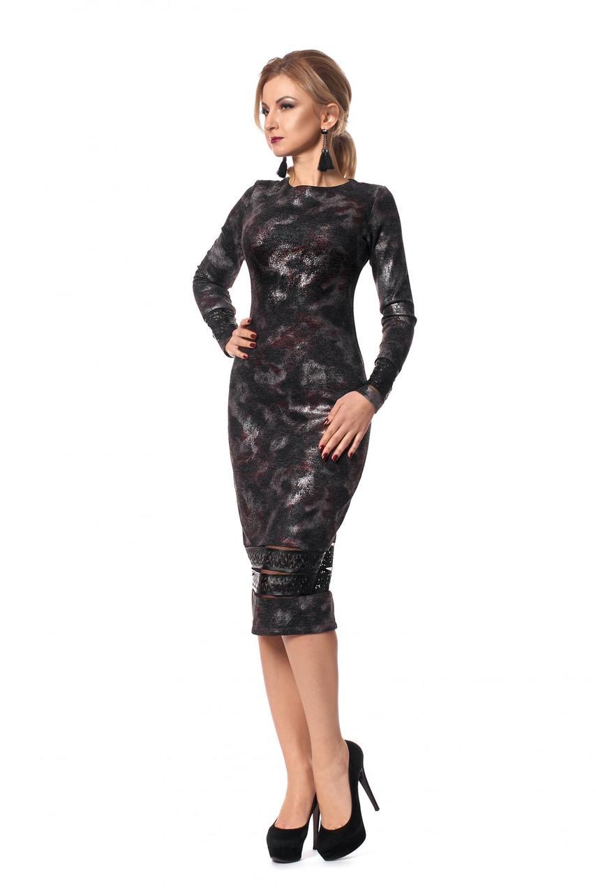 Стильное ангоровое платье-футляр декорированное перфорированной кожей