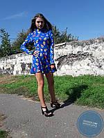 Синее платье с рукавами-перчатками и кружевом