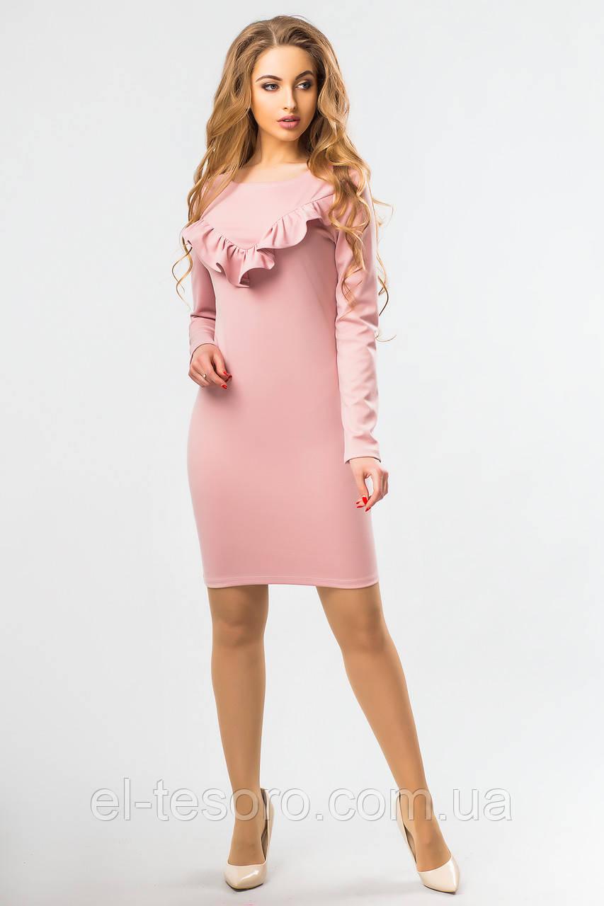 Пудровое платье с длинным рукавом и рюшами