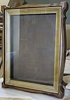 Киот для иконы из ольхи со светлой деревянной рамой.