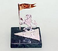 """Срібний сувенір на підставці зі змійовика  """"Лев з прапором"""""""