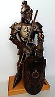 Рыцарь высотой 50 см с баром и подарком