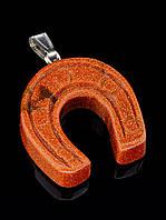 Кулон коричневый из искусственного камня авантюрин 32х32х10мм, форма подкова, код 025962, 15,7 г