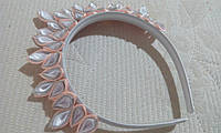 """Диадема-корона на ободке канзаши """"Праздник"""", персиковый с белым и серебристым"""