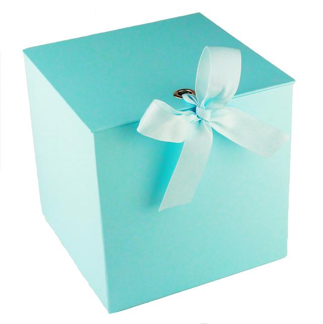 Подарочная коробка голубого цвета на завязках 21 x 21 x 21 см