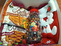 Детский новогодний подарок: два фруктовых пирога, чай с ягодами и сухофруктами, носок для подарков с игрушкой