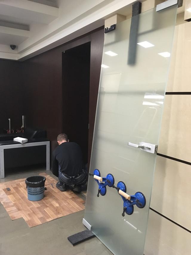 регулировка ремонт стеклянных маятниковых дверей, замена доводчика