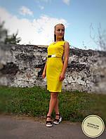 Желтое платье с поясом-бляшкой