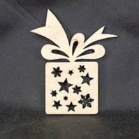 """Деревянная игрушка  на елку """"Подарок со снежинками и звездами """" 100мм"""