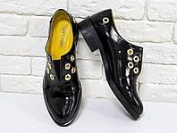 Туфли кожаные черного цвета из натуральной кожи лак  и желтой подкладки