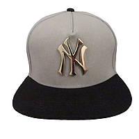 Серая кепка с металлическим логотипом NY