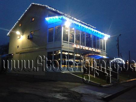Новогоднее оформление светодиодными гирляндами фасада магазина