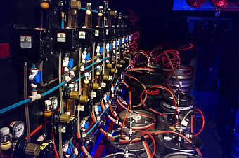Культура монтажа от MagNum-beer. - от кеги до пивной помпы.  Цветные трубки - это не просто красиво, это еще и удобная идентификация линии: пиво, углекислота, воздух или промывочный раствор.