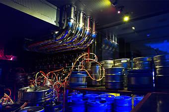 Трубы с пивом поднимаются на второй этаж.