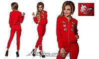 Костюм женский красного цвета украшен вышивкой раз. 42-48
