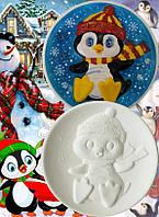 """""""Пингвинёнок в шапке"""" - керамическая тарелка для росписи с объёмным изображением"""