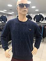 Молодежный мужской свитер с круглой горловиной.