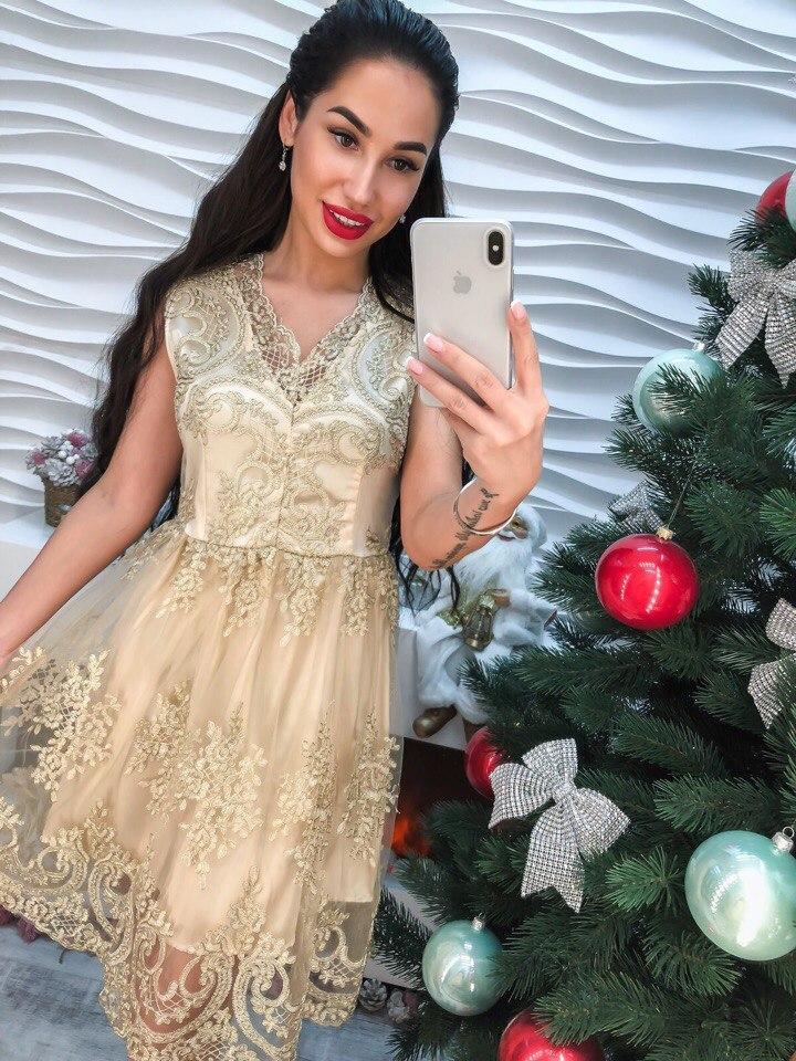 Потрясающее платье из кружева нежного бежевого цвета