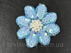 Нашивка квітка з паєтками і перлами блакитний 68x65 мм