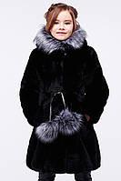 Модная детская шуба из эко-меха мутона приталенного силуэта с присобранным низом