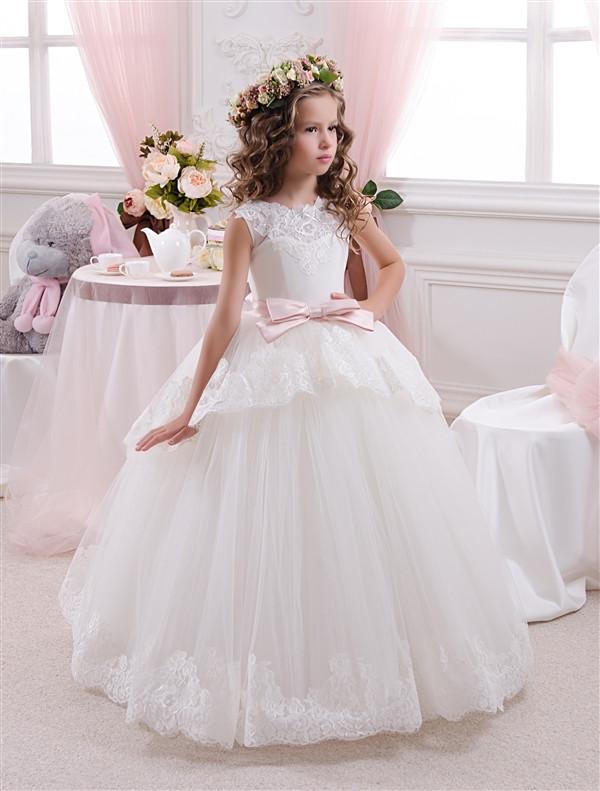 Кремове плаття довге без рукава з рожевим поясом.