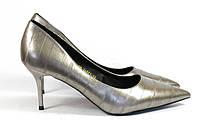 Серые женские туфли на каблуке со строчкой