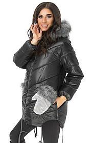 Женский молодежный пуховик с карманами в виде варежки и капюшоном с мехом