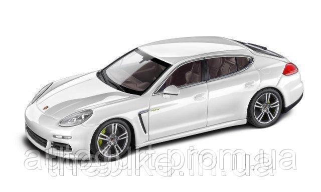 Модель автомобиля Porsche Panamera E-Hybrid White, Scale 1:43