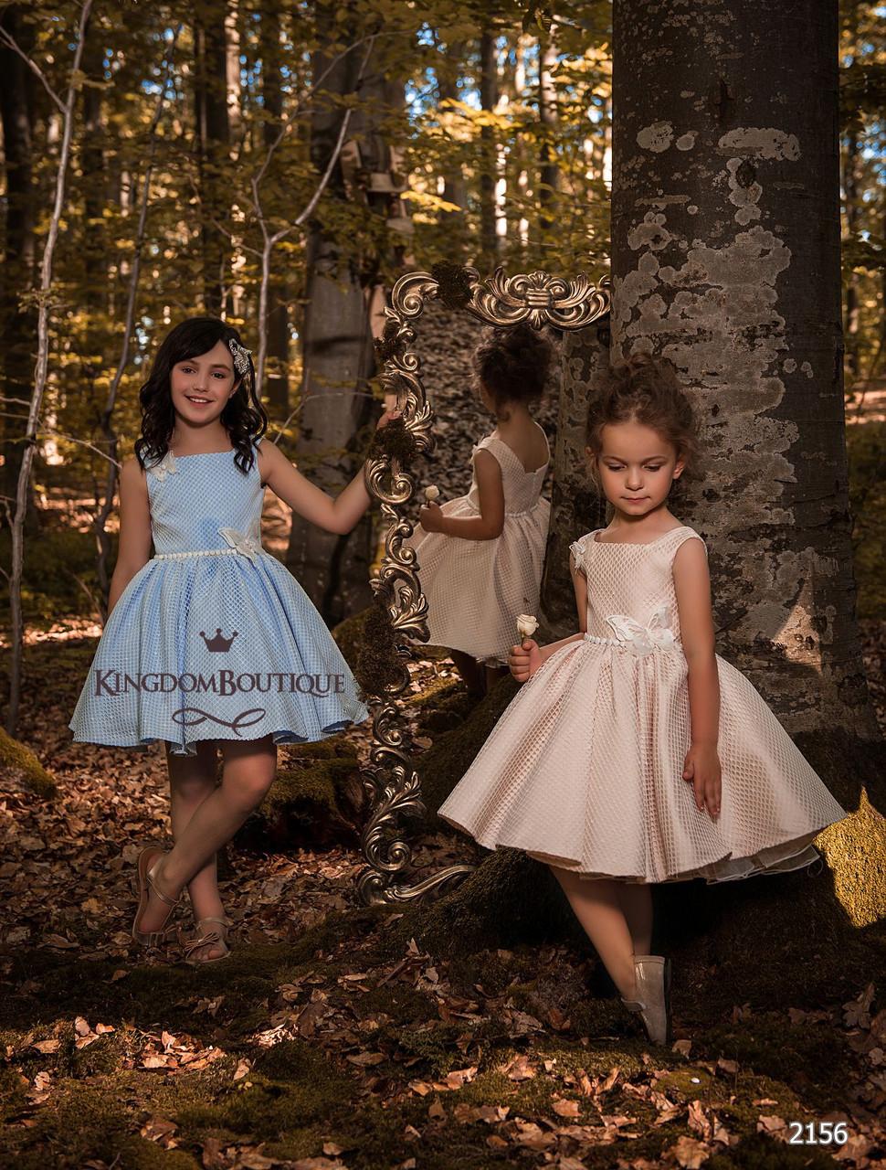 Платье детское короткое нежного цвета с пышной юбкой. Украшено бабочками.