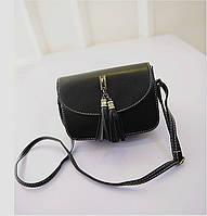 Жіноча маленька сумочка з пензликами чорна з екошкіри