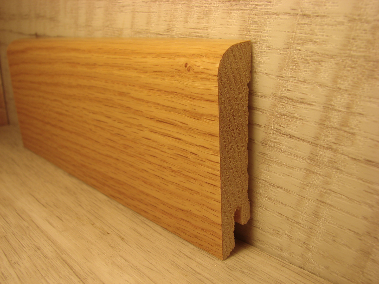 Плинтус деревянный напольный шпонированный Дуб красный 15*70*2400мм