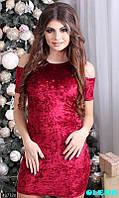 Стильное облегающее бархатное платье с открытыми плечиками