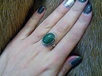 Кольцо с камнем нефрит в серебре.