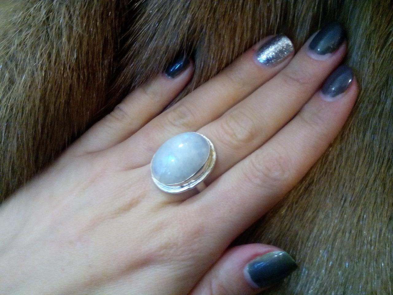 Кольцо овальное с натуральным камнем - лунный камень в серебре.Кольцо с лунным камнем.Размер 18,5.