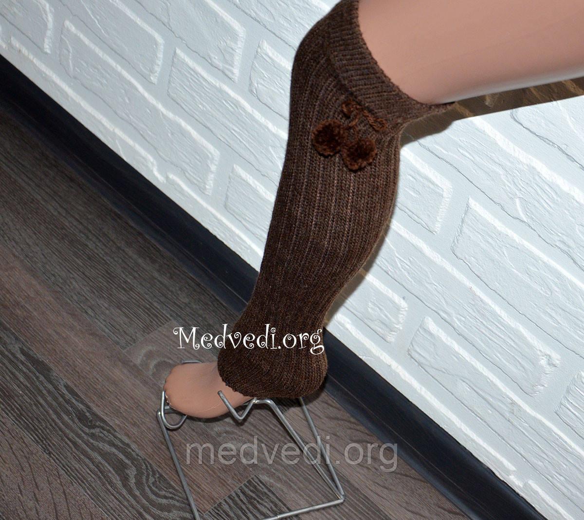 Коричневые женские гетры с помпонами 40 см