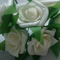 Розочки латексные с зелеными листиками 2,5-3 см, белые