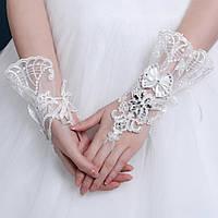 Эксклюзивные белые митенки для невесты.