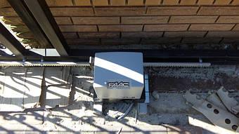 Привод faac 741 для тяжелых откатных ворот с элементами ковки. Один из фотоэлементов установлен на корпус привода.