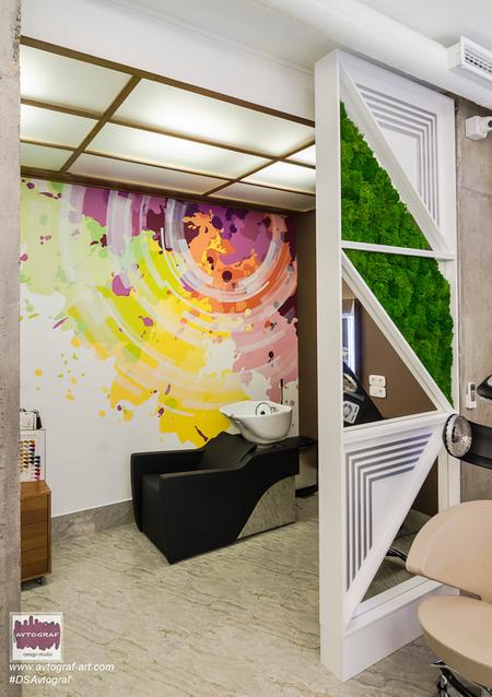 Інтер'єр доповнює розпис стін в colorBAR та італійські дзеркала зі сталі, що нержавіє в перукарській залі. Структурований ісландський мох в