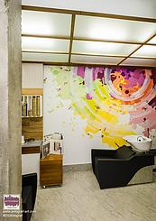 Інтер'єр доповнює розпис стін в colorBAR та італійські дзеркала зі сталі, що нержавіє в перукарській залі. Структурований ісландський мох в перетинках і стіновому панно додають природних акцентів в сучасний інтер'єр.