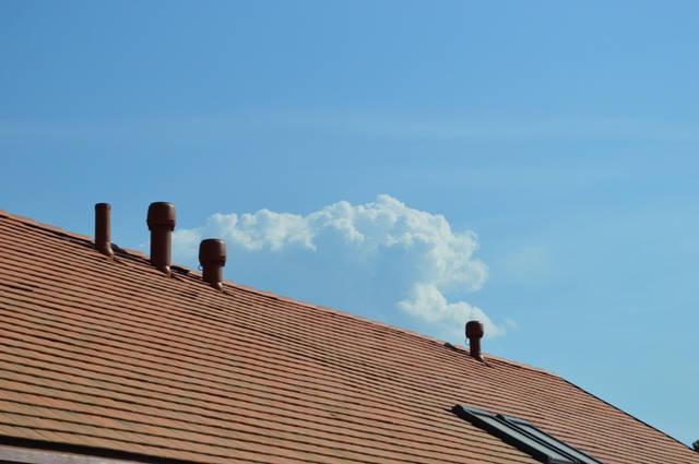 В соответствии с санитарными нормами, вентиляция должна быть организована так, чтобы воздух в доме полностью замещался каждые два часа. Это достижимо только с помощью правильно выполненной принудительной ВЕНТИЛЯЦИИ.
