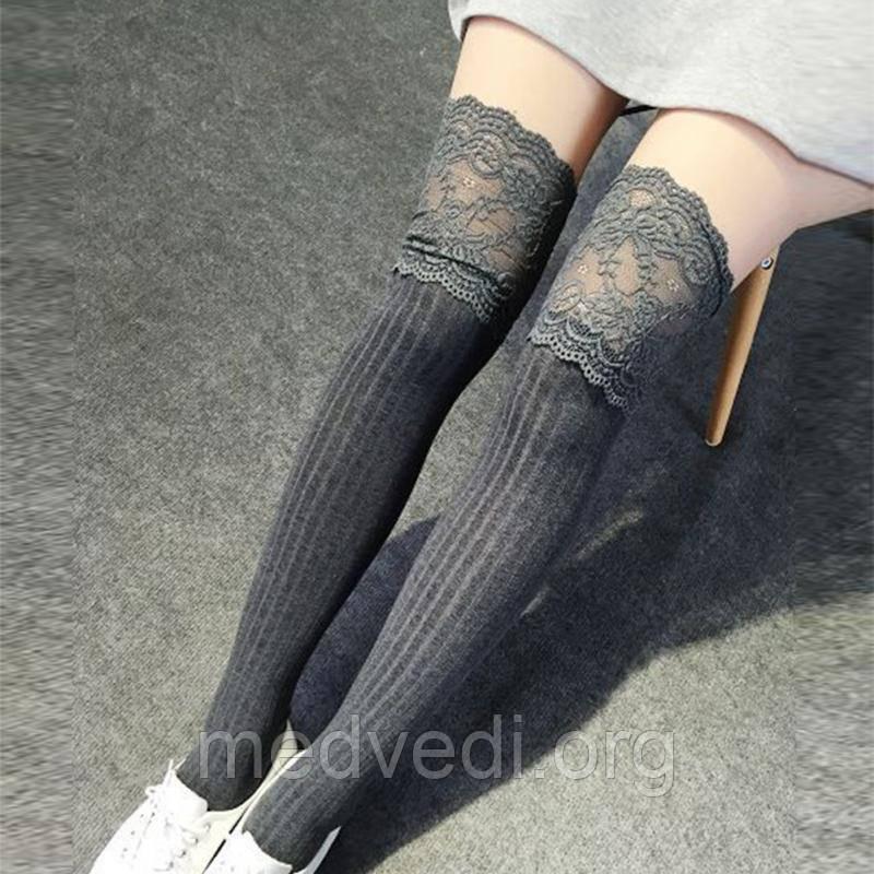 Темно-серые женские гольфы-чулки выше колена с изящным кружевом