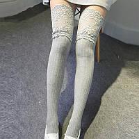 Серые женские гольфы-чулки выше колена с изящным кружевом