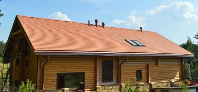 Принцип действия: загрязненный воздух выводится через встроенные в стену или потолок вентили в вентиляционный канал, который заканчивается на крыше вентилятором. Принудительная вентиляция обеспечит в доме равномерный и управляемый воздухообмен.