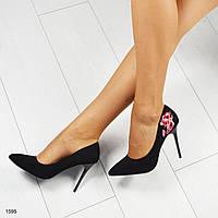 Туфли-лодочки с вышивкой на пяточке. Цвет--черный