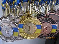 Медаль диаметр 5 см. на фоне украинского флага с ленточкой, фото 1