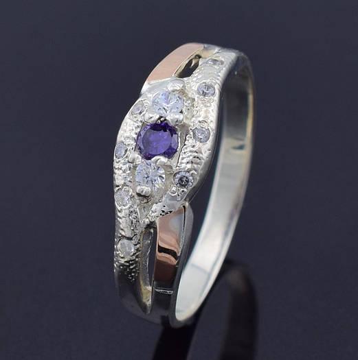 """Серебряное кольцо с золотыми пластинами """"Камила"""", размер 19, серебро 2.55 г, золото 0.1 г, фиолетовый камень"""