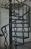 Кованая винтовая, поворотная лестница с перилами.