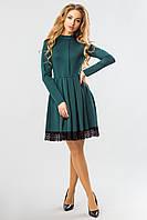 Темно-зеленое платье на стойке с кружевом