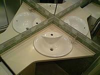 Угловая столешница для ванной комнаты из искусственного камня.